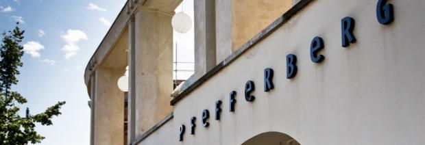 Ansicht von der Schönhauser Allee auf die Säulen-Front vom Berliner Pfefferberg