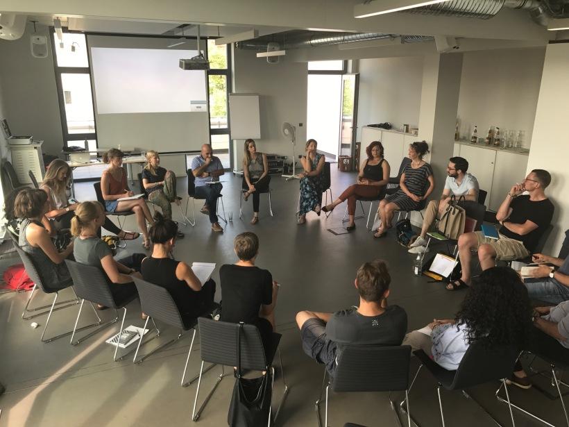 Teilnehmer des Basistrainings zur Neuen Autorität mit Idan Amiel auf dem Pfefferbger 2018 sitzen im Kreis.